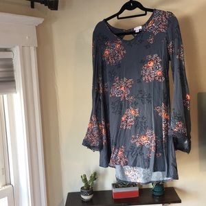 Beautiful tunic, with embroidered sleeves